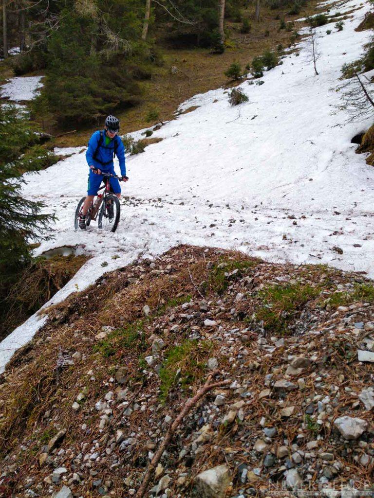 Mit dem Mountainbike im Schnee stecken geblieben