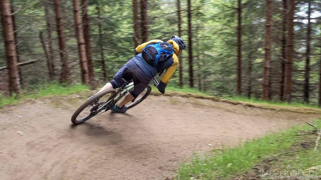 Marty in einer Steilkurve des Trails