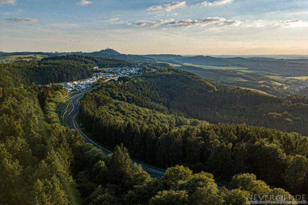 Drohnenbilder der Nordschleife, Streckenabschnitt Stefan-Bellof-S mit Blick zur Nürburg